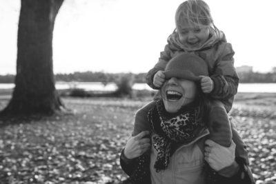 Lifestyle Familienfotografie, Familienshooting natürlicher Familienfotograf Köln