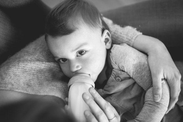 Stillen ist Liebe-Fläschchen geben auch, Flaschenkind, Stillberatung, Mama-Kind-Fotos, Kinderfotografie, Familienfotos, natürliche Familienfotografie